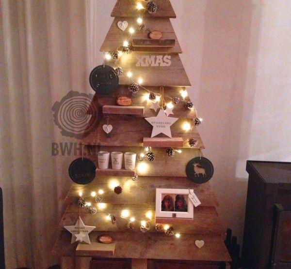 Luxe houten kerstboom. Verkrijgbaar in vier verschillende maten, van 147cm tot 195cm hoog. Te vinden onder artikelnummer: ED8699-4.