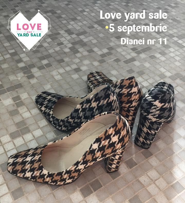 Fie pe maro, fie pe negru pantofii din tweed sunt mereu în trend. Doar la Love Yard Sale.