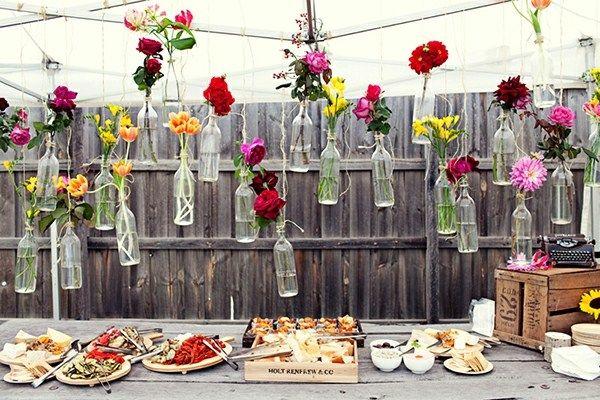 Weinflaschen Garten Party Deko Ideen Blumen
