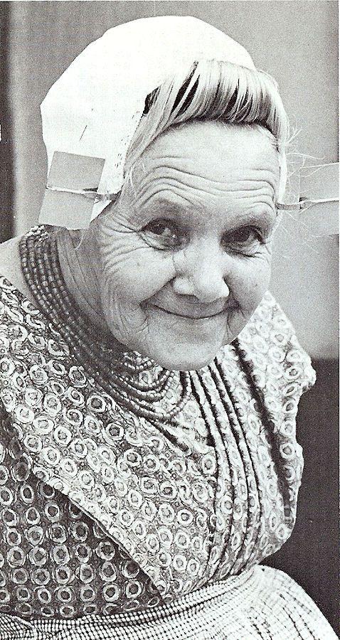 Ik heb heel veel boerinnen aangekleed toen ik in de jaren 70 in Ter Valcke werkte. Als leerling werd je dat goed geleerd. Best eng als je weet dat de kleding met spelden vastgezet wordt. Maar mooi om te doen.