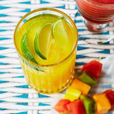 Bjud gästerna på en fruktigt fräsch variant av klassiska drinken margarita. Genom att tillsätta mangojuice eller mango- och ananasjuice är det lätt att drömma sig bort till mer exotiska breddgrader. Bara att sätta på musiken och festen kan börja!