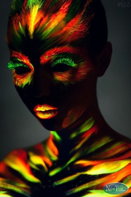 Невероятный макияж с помощью флуоресцентной краски для боди-арта. Краска зажигается в ультрафиолетовых лучах, макияж получается очень насыщенным и привлекательным. Флуоресцентная краска поможет Вам воплотить самые невероятные идеи для макияжа.