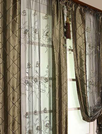 Большинство из нас привыкли использовать плотные шторы в сочетании с легкими гардинами. Современный дизайн штор в восточном стиле неожиданно предлагает объединить шторы и гардины для оформления окна. Такие шторы-панели с прозрачной серединой подойдут для окон на высоких этажах, где нет необходимости закрывать окно плотными шторами от посторонних глаз. Кроме того, эти шторы удобны для небольших …