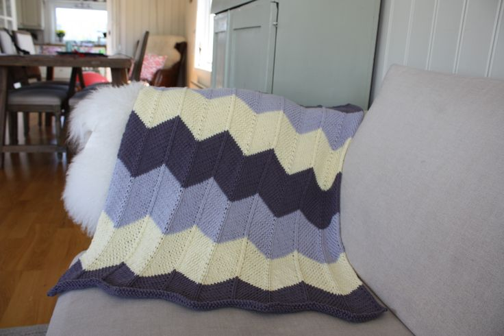 Chevron Baby Blanket. Free pattern from Espace Tricot. Ravelry. Knitted in Drops Paris Cotton. #Knit #Baby #Blanket #Drops Paris #chevron #barselgave