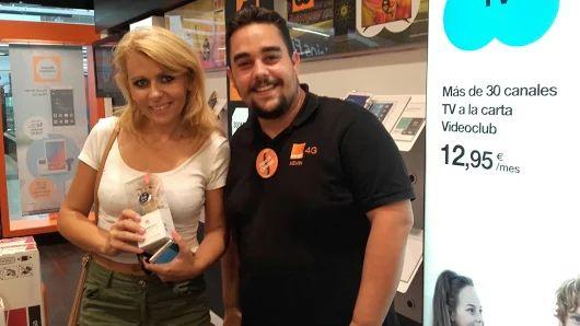 ¡Enhorabuena a María Inmacula Llopis por el premio! Nuestro asesor comercial Kevin le ha entregado su reloj HuaweiBand.