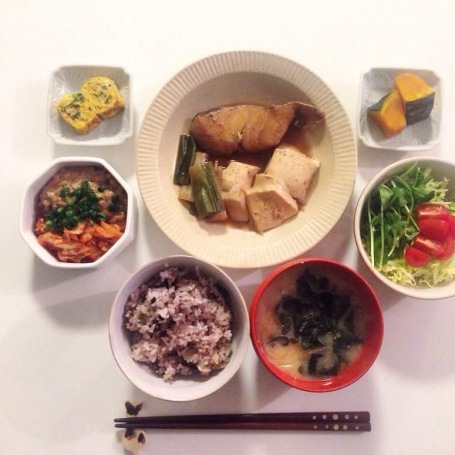 私はお魚とサラダだけ。あれ、お魚の置き方間違ってる。  真鯛の煮付け 出し巻き卵 カボチャ煮 野菜サラダ 納豆キムチ 玉ねぎとワカメのお味噌汁 五穀米  #夜ごはん #おうちごはん #おなかペコペコ #いただきます #自炊 #和食 #真鯛の煮付け - 24件のもぐもぐ - 真鯛の煮付け by omaccha