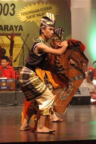 Tarian Kuda Kepang - Tarian ini merupakan tarian rakyat Melayu tradisional warisan dari budaya Jawa. Tarian ini amat popular di Negeri Johor khasnya dari penduduk keturunan Jawa