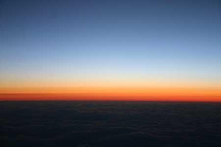 北へと向かう飛行機、雲の上は息を呑むような美しい空の広がり。[2007/3 ANA73便新千歳空港行より(日本上空)]© 2010 風旅記(M.M.) 風旅記以外への転載はできません...