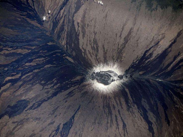 «Εχετε κοιτάξει ποτέ μέσα σε ένα ενεργό ηφαίστειο... από το Διάστημα; Ετσι μοιάζει. Το ηφαίστειο Mauna-Loa της Χαβάης με χιόνι στην κορυφή και πολύ διακριτά μοτίβα στις πλαγιές του, από το πέρασμα της λάβας»