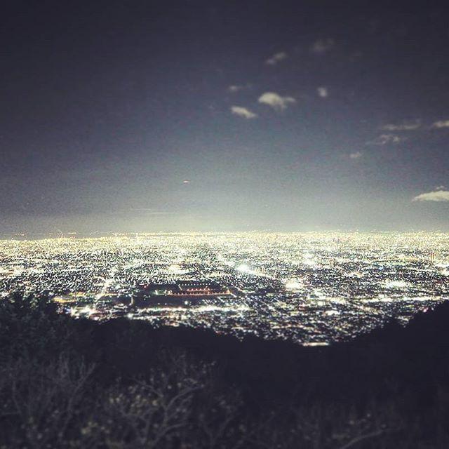 Instagram【oorkjhr】さんの写真をピンしています。 《年末の新月の時の大阪の夜景 寒すぎて10分もおらんかった笑  #信貴生駒スカイライン #鐘の鳴る展望台 #パノラマ駐車場 #写真ではこの感動を伝えきれない #新月 #夜景》