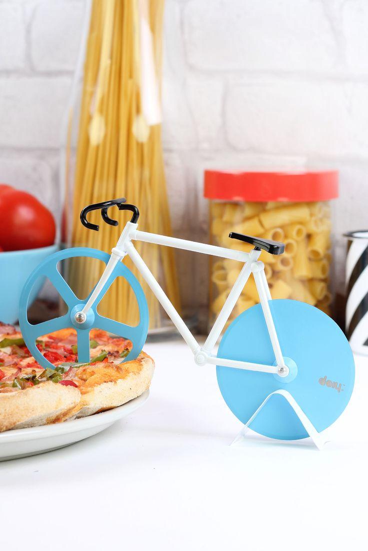 Verdens artigste pizzaskjærer Fixie fra DOIY er formet som en racersykkel. Med denne racersykkelen blir det mye morsommere å skjære til pizzaen din. Gi den som gave til en sportsinteressert venn - garanterer et smil om leppene.