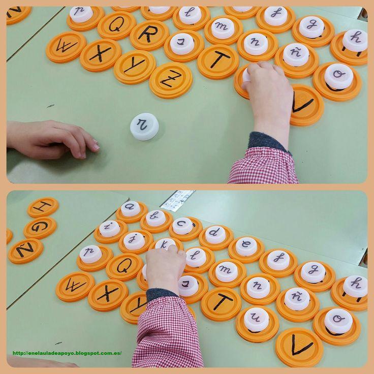 Los tapones son un recurso imprescindible en nuestra clase.   Hoy hemos repasado el abecedario   y hemos relacionado mayúsculas y minú...