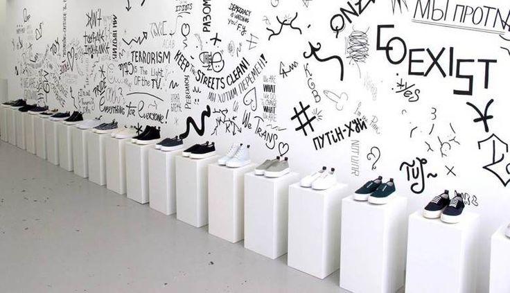 Eenvoudige maar doeltreffende presentatie van schoenen op sokkels/ presentatiezuilen