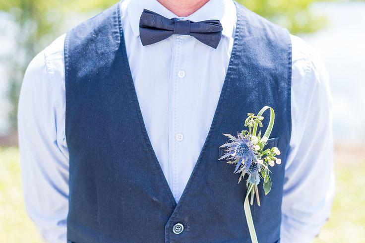 Un gilet en jeans, un nœud papillon bleu jeans et une jolie boutonnière assortie. Un marié chic et branché. #denimchic #jeans #mariage #wedding