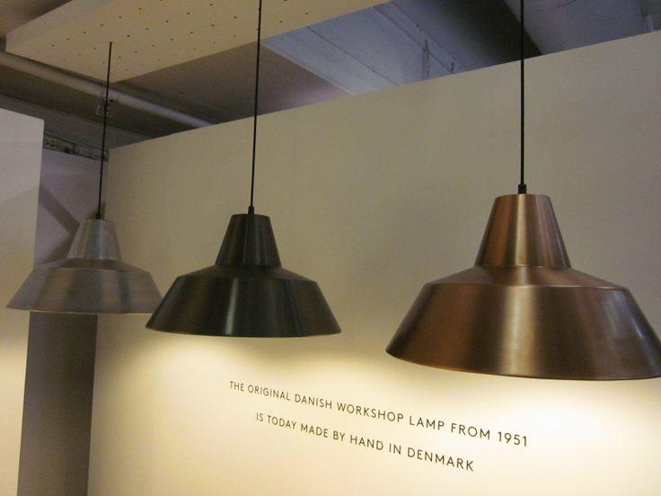 I 1950'erne lavede A. Wedel-Madsen denne klassiske værkstedslampe, som både er tidløs, elegant og giver et rigtig godt lys. Den skal vi naturligvis også have i en metallic version - og vi er faktisk rigtig begejstrede for det nye look. Især udgaven i aluminium er rigtig, rigtig vellykket med sit rå udtryk. Produceres af Made by Hand.