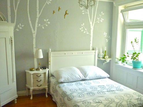Schlafzimmer im Sommer *, Tags Schlafzimmer + Altbau + Gründerzeit + Fliesen + Stuck + Bäume + Holzdielen + Hamburg + Jugendstil + Flügeltür + Birken + Ahoi!
