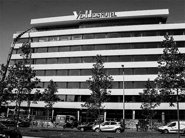 Het Volkshotel Amsterdam Oost is de nieuwste hotspot op de Wibautstraat. Met een fijn dakterras en restaurant Canvas op de 7e, hotelkamers en meer.