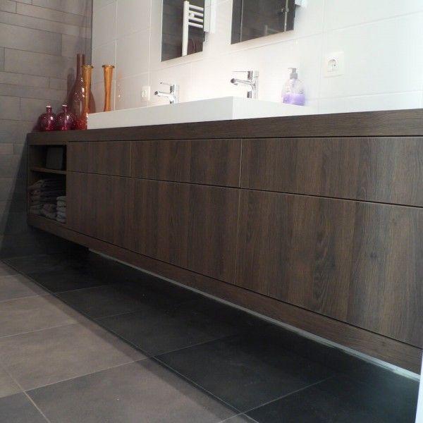 BADKAMERMEUBEL #ROTTERDAM Exact tussen twee wanden geplaatst #zwevend #badkamermeubel. Voorzien van zes push-to-open laden en geïntegreerde speaker. Het ontwerp is zo gemaakt dat bij het openen van de laden er geen aansluitingen van water of afvoer zichtbaar zijn. Alles uitgevoerd in #waterbestendig materiaal zodat het uitermate geschikt is voor een vochtige ruimte. #Ontwerp: #Robbrecht #Vormgeving & A. Roodenburg #meubelmaker #maatwerk