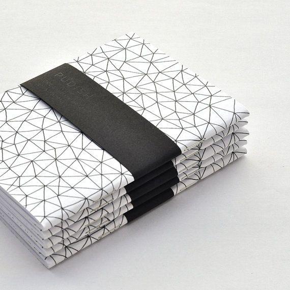 Doublé de journal, carnet de poche avec une couverture douce. Tous les modèles ont été dessinés à la main à laide de stylo noir et imprimé en haute qualité sur papier sans bois. Idéal pour le bureau, école ou votre temps personnel à la maison. Vous pouvez lutiliser pour écrire votre journal, notes, listes de tâches ou griffonnages. Un cadeau à quelquun vous aimez (même si ce quelquun est vous).  • Couleur : noir & blanc • Dimensions : 9.5x13 cm (3.7 x5.1) • Couverture: motif Triangles • À…