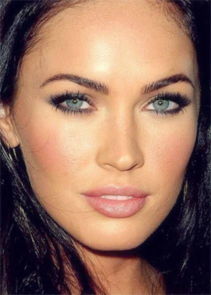 Göz rengine uygun makyaj! 1 #Yeşil: siyah, krem, toprak tonları gibi daha soğuk renkleri tercih edebilirsiniz. 2 #Mavi: Mavi kalem ya da mavi bir far uygulayabilirsiniz. Gözaltlarınıza füme far göz renginizi vurgular. 3 #Ela ve bal rengi gözlere sahipseniz açık veya koyu kahveler, krem tonları size çok yakışacaktır.  4 #Kahverengi gözlere sahip kişiler, kendi tonlarını çok rahatlıkla kullanabilirler. Toprak tonları, kiremit tonları, krem renkleri kullanacağınız alternatif renkler…