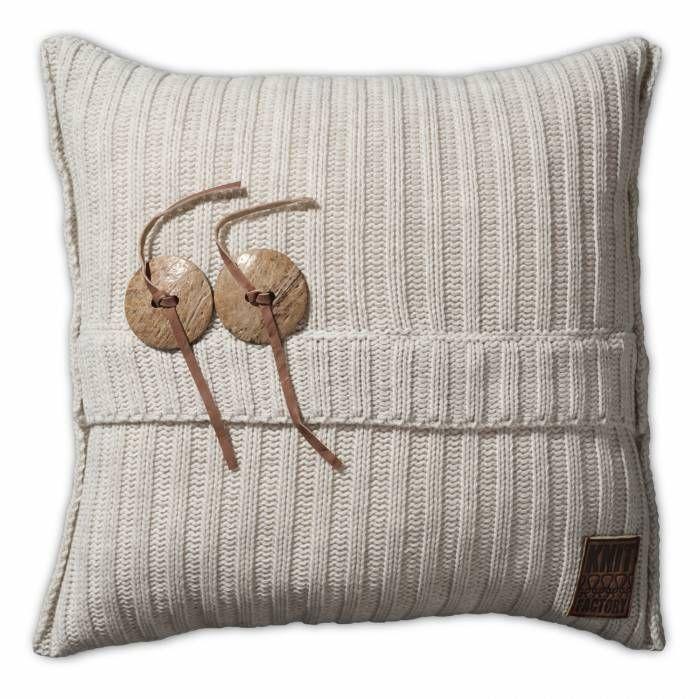 Aran Kussen 50x50 Beige  Description: Je hebt nooit genoeg kussens in huis! Dit Kussen Aran van Knit Factory is een uitstekende toevoeging aan je moderne interieur. Deze combinatie van breiwerk en 100 % hoogwaardig katoen voelt heerlijk zacht aan. Dit kussen met een afmeting van 50 bij 50 cm is uitgevoerd in een neutrale kleur en is hierdoor gemakkelijk te combineren met andere sierkussens of een leuke plaid. Leg het op de bank een loungestoel of op het bed en creëer een knusse sfeer. De…