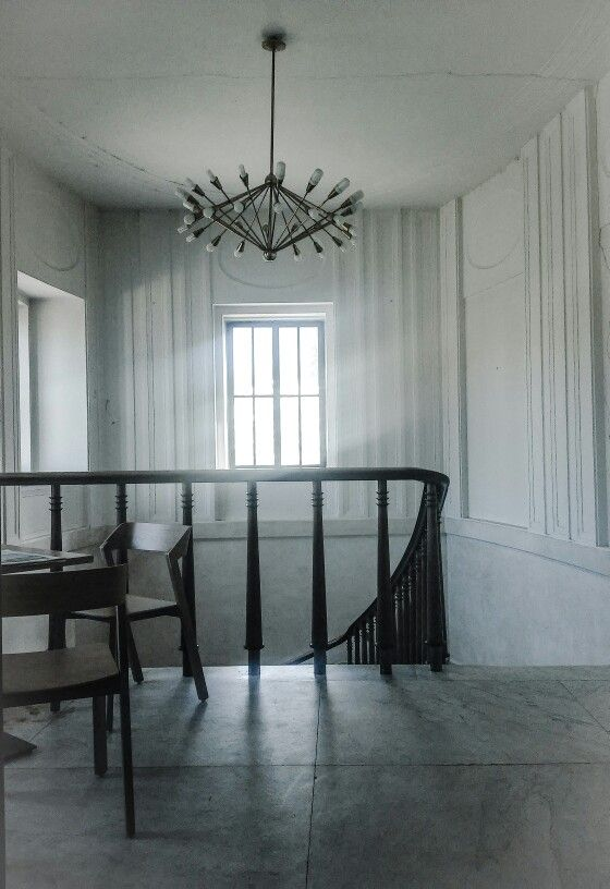 Impressive how nobly refined can be a beauty in simplicity, describes genuine Victorian entrance hall at chateau of Zlín. Also interesting is combination with 60's chandelier :)