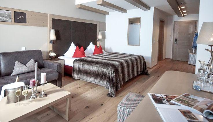 Le 83 camere e suite in stile moderno eppure rustico sorprendono gli ospiti per il raffinato design #leadingsparesort #forsthofgut #Salisburghese #wellness #benessere #camere #alpini #