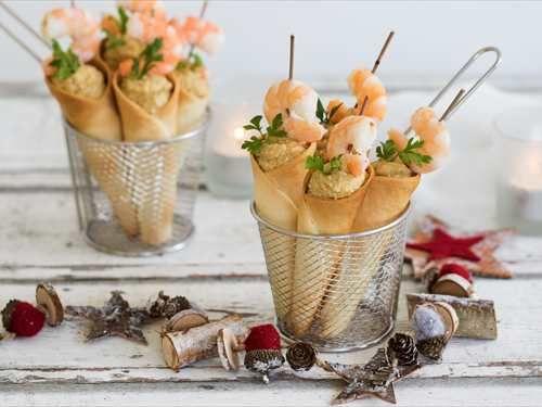 Conos de aperitivo rellenos de paté de ensaladilla rusa y langostinos