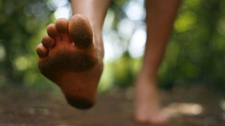 Vertroetel je voeten zó -  Aan het einde van de zomer stop ik mijn voeten voor het grootste deel van de tijd in dichte donkere schoenen. Als het even tegenzit nog met een panty aan ook. Geen goede omstandigheden om je onderdanen in topconditie te houden. Dus stoppen met je voeten verzorgen is niet aan te raden.Integendeel! Juist in de koudere seizoenen kunnen deze wel wat extra goede zorgen en aandacht gebruiken want mooie voeten zijn gezonde voeten zo luidt de stelregel.  Maak een routine…