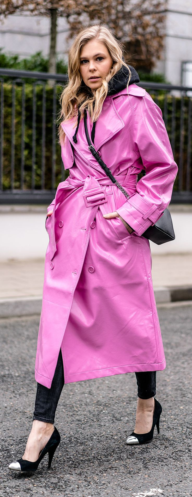 Outfit: Vinyl Trenchcoat in Pink mit schwarzen Basics