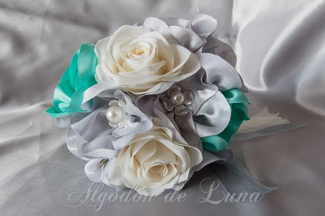 Flores de tela, para hacer un ramo de flores para novias originales únicas. en aguamarina y rosas blancas, enmarcadas en botón de nácar con flores platas. Por siempre jamás algodondeluna@gmail.com o 606619349
