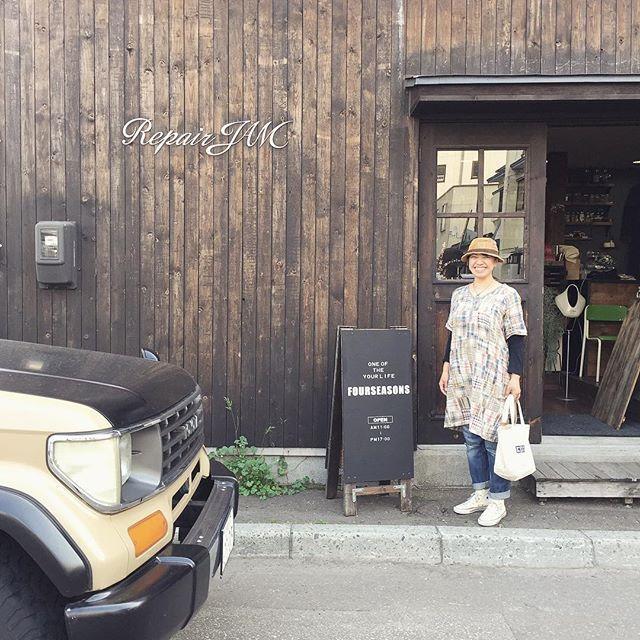 イベント前 お店前で出張FOURSEASONS用の 什器をDIY🔨しておりましたら とてもかっこいい車が すーーーっと お店の前に止まり よーくみたら 「shibakichi」のステンシルがっ😳! もしかしてっ!?と思ったら @shibakichicafe さんが FOURSEASONSへ遊びにいらしてくださいました😆✨ ・ 色々お話もさせていただき とても嬉しいお時間😳✨ ありがとうございます! 😆 繋がりに感謝が止まらない日になりました! ・ shibakichiさん、 この度はご来店ありがとうございました🤗✨ 私も近々 kohana連れて遊びに行かせていただきます🐶✨ ワンちゃんと一緒にお出かけできるって本当に嬉しいです😆✨ 楽しみぃー! #snap #しばきちカフェ  #fourseasonsjam #fourseasonsitem  #セレクトショップ #dailyusegoods #lifegoods #jamblend #coffeebeams  #☕️ #靴下 #ラグ #bag #靴 #kitchentools #gift #diy…