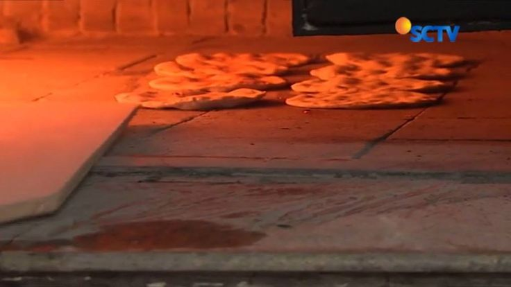 Aroma kayu bakar dari oven tradisdional merebak di toko roti Abu Saleh di Ramalah, Palestina.  Setiap hari Abu Saleh memanggang puluhan ribu roti yang resepnya sudah dibuat keluargannya selama puluhan tahun.#Liputan6SCTV
