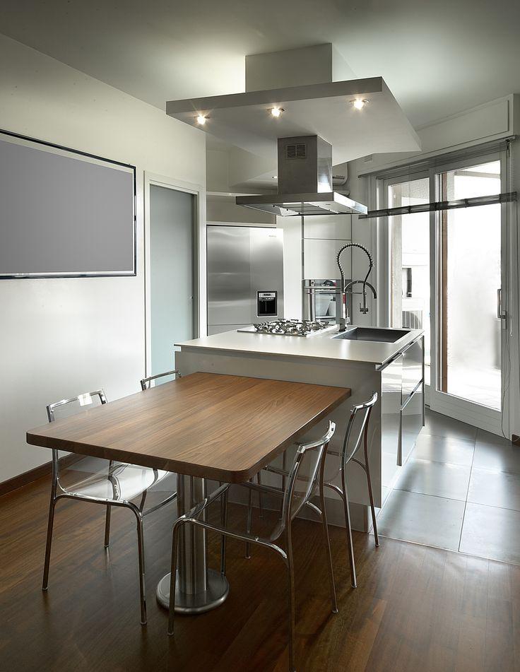 cucina isola laccar bianca tavolo in legno massello piede in acciaio inox
