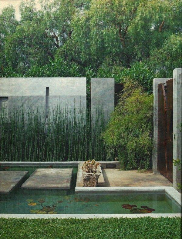MODERN MET EEN KNIPOOG NAAR VINTAGE: Betonnen elementen vormen de basis van deze moderne tuin met vijver. Door het kleurgebruik en de plantkeuze heeft hij ook wat weg van de jaren '70.