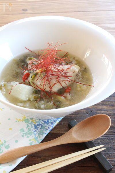 手羽先を使った、短時間で簡単に出来る参鶏湯風のあったかスープです。もち麦を入れてとろみをつけて。