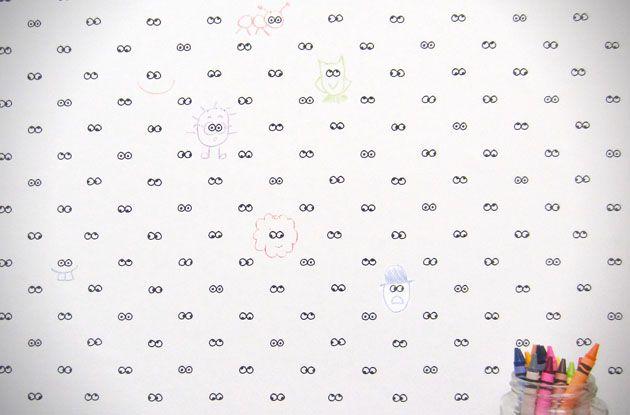 Все дети и даже некоторые взрослые любят писать и рисовать на стенах. I See You — черно-белые обои для детской комнаты, призванные стимулировать фантазию малышей и избавлять родителей от беспокойства по поводу испорченного ремонта. Дизайн концептуальных обоев разработала американская компания Cavern Home.