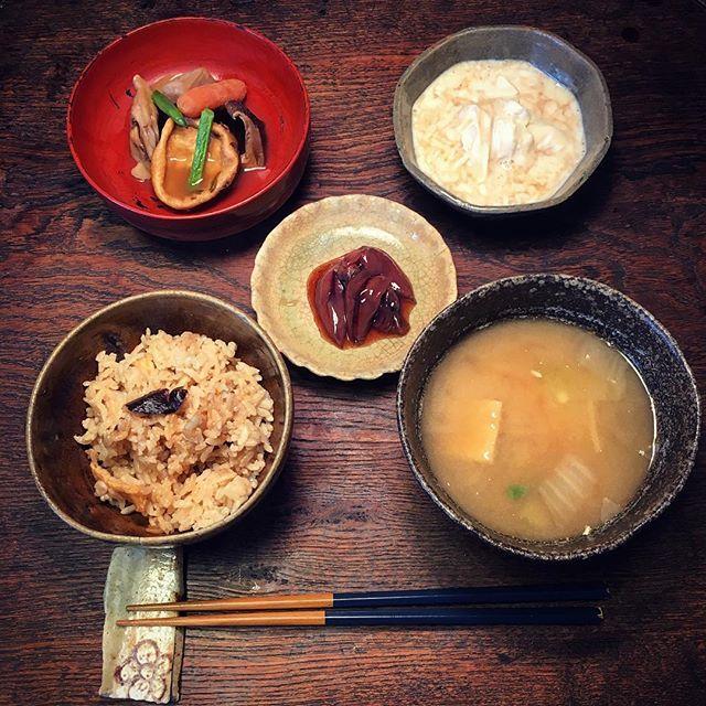 Instagram media by ziprockers - いただきまーす。飛竜頭と野菜の煮物に嫁さん作のお味噌汁と炊き込みご飯、生湯葉、ホタルイカの沖漬けです。器は輪トチの跡が残る輪花の黄瀬戸の小皿やら高麗青磁やら根来やら尾呂茶碗やら。  #おうちごはん #骨董 #和食器 #和食 #料理 #うちごはん #foodpic #foodporn #instafood #うつわ #暮らし #自炊  #antique #おうちごはん #骨董 #和食器 #ceramics  #ランチ #昼食 #黄瀬戸 #煮物 #炊き込みご飯