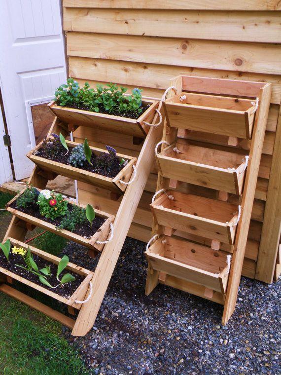 Doe het zelf voorbeeld van plantenbakken die in etages staan opgesteld. Gemakkelijk plantenbakken verwisselen, bloemen en planten kweken op weinig ruimte.