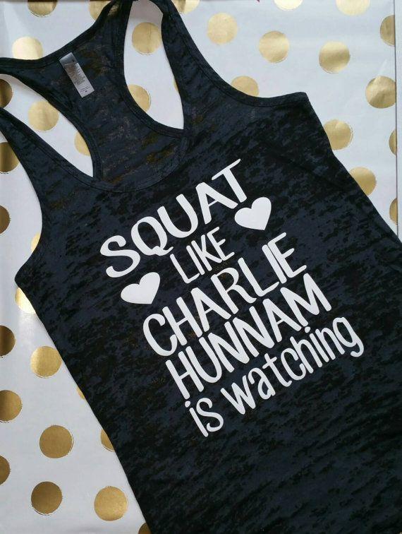 S'accroupir comme Charlie Hunnam est à regarder. Blanc. Salle de Gym Womens Tank. Réservoir de Gym Womens Burnout. Épuisement professionnel Gym débardeur. Vêtements d'entraînement.