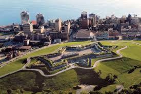 Halifax es la capital y ciudad canadiense más grande de la provincia de Nueva Escocia, y el centro económico de las Provincias Atlánticas.