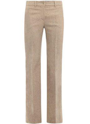 Главное правило при выборе брюк для фигуры Песочные часы – чем шире бёдра, тем фасон должен быть проще. Покрой брюк должен полностью повторять изгибы бёдер, но не слишком обтягивать их.