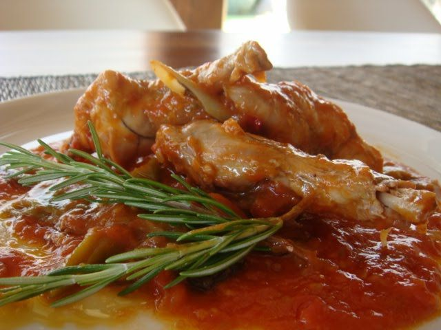 Conejo con fritada de tomate y pimientos