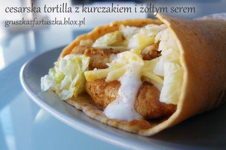 Cesarska tortilla z kurczakiem i żółtym serem - prosty przepis. Kukurydziany naleśnik typu wrap z sałatką cesarską i sosem czosnkowym.