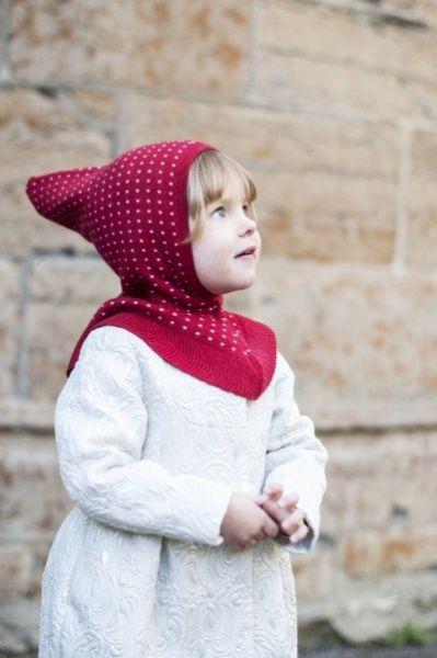 Ulla babyhette fra Mole - Little Norway er dobbeltstrikket og ligger fint inntil hodet på barnet, krage nedover skuldre og hals holder barnet lun og varm. Supermyk kvalitet i 100 % merinoull.  Fås i fargene rød, kornblå, brun, lysebrun, lyseblå, marine o