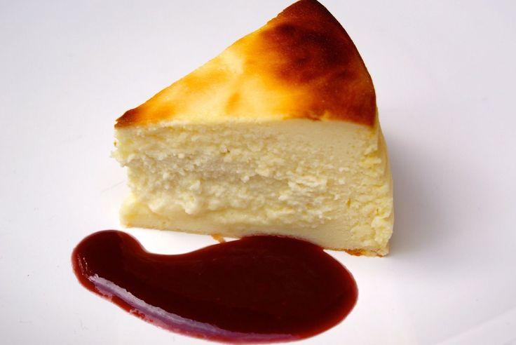 Une recette toute simple et légère. Parfait pour terminer un repas un peu copieux. I ngrédients pour 6 personnes: 500 g de fromage blanc 100 g de sucre 90 g de farine 3 oeufs zeste d'un citron jaune coulis de framboises Préparation : Râper le zeste du...