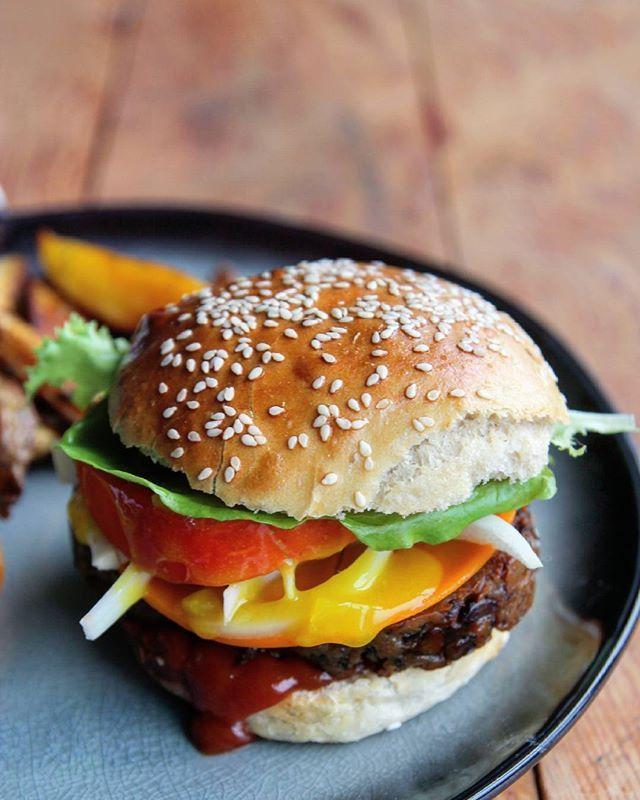 Ce midi déjeuner vegan junk food. Burger maison avec des oignons, du picalilli, du faux mage et un steak de seitan aux champignons. Le steak est une recette de @sebastien_kardinal et ça déchire ! _ _ _ _ _ _ #foodphotography #foodstyling #food #instafood #foodporn #homemade #burger #veganburger #vegan #veganfood #veganfoodporn #veganlunch #lunch #dejeuner #pausedejeuner