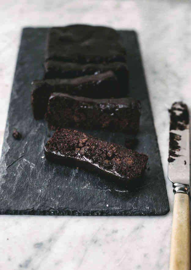 Bolo fudge de chocolate sem glúten, lactose e farináceos | 24 maneiras deliciosamente saudáveis de satisfazer seu desejo de doces