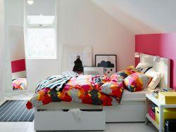 Slaapkamer in wit en roze met wit MALM bed en veelkleurig TOFSVIVA beddengoed