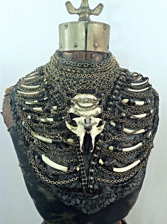 Schwarzes Leder-Knochen und Kette Brust Körper von AdornedImmortal